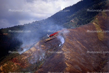 Convair PB4Y-2 Privateer, dropping fire retardent on a mountain fire