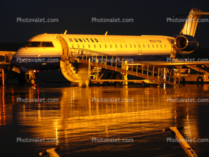 Explus, Sky West Airlines, Rainy evening in Portland, United Airlines UAL, Bombardier CL-600-2C10, N771SK, Twilight, Dusk, Dawn