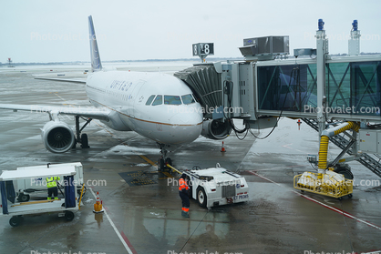 N829UA, Airbus A319-131, A319 series, V2500, Pushback Tug, tow tractor