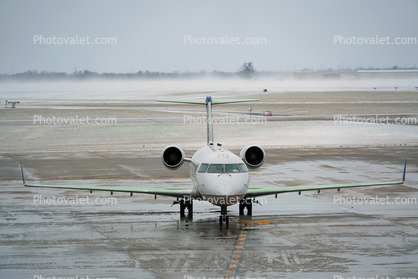 N947SW, SkyWest, Bombardier CRJ-200ER, Spraying Deicing Fluid, Cherry Picker, manlift