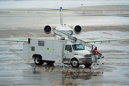 N947SW, SkyWest, Sterling Deicing Truck, cherry picker, manlift, Bombardier CRJ-200ER, Spraying Deicing Fluid
