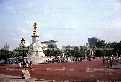 statue of Queen Victoria, Buckingham Palace Gardens, 1950s