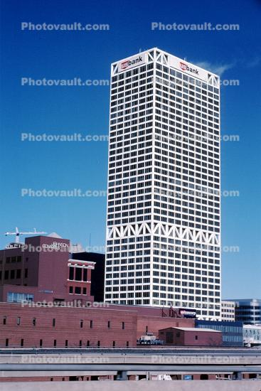 US Bank Center, tallest building in Milwaukee and Wisconsin, built 1973, 182.2 meters high, First Wisconsin Center, 1970s
