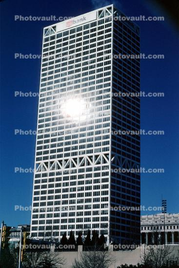 US Bank Center, tallest building in Milwaukee and Wisconsin, built 1973, 182.2 meters high, First Wisconsin Center, 1970's