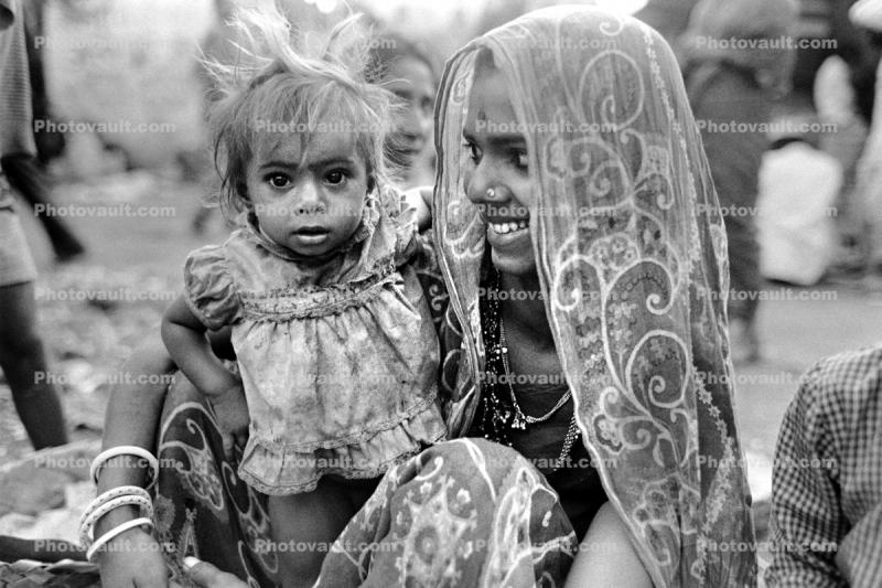 Mother and her Daughter, baby, dress, shanty town, slum, Mumbai, India
