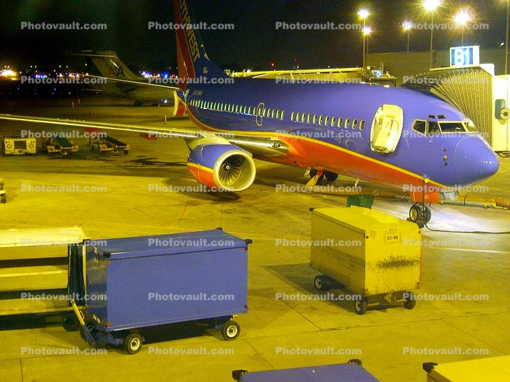N493WN, Boeing 737-7H4, Southwest Airlines SWA, Baggage Carts, 737-700 series, CFM56-7B24, CFM56