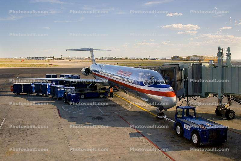 N584AA, American Airlines AAL, McDonnell Douglas MD-82, JT8D-217C, JT8D, Jetway, Airbridge