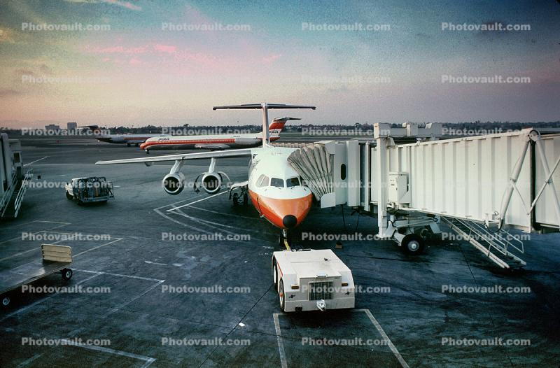 PSA, Pacific Southwest Airlines, pushertug, pushback, push back tractor, jetway, Airbridge