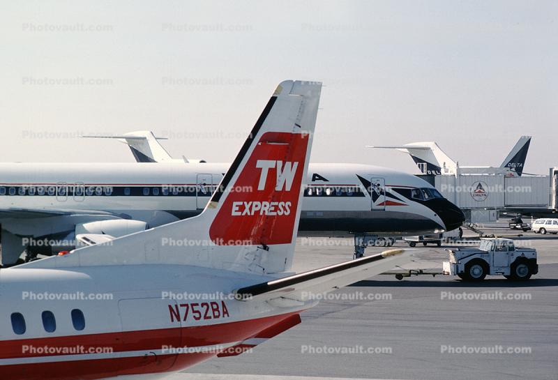 N752BA, Trans World Airlines TWA, Boeing 757, Delta Air Lines, jetway, Airbridge
