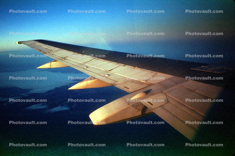 Lone Wing in Flight, Boeing 737, Southwest Airlines SWA