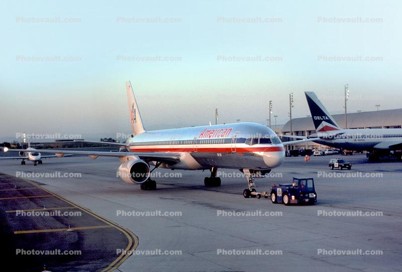 American Airlines AAL, Boeing 757, pushertug, pushback tug, tractor