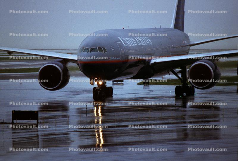 N785UA, Boeing 777-222ER, (SFO), PW4090, PW4000, rain, wet, slippery, inclement weather