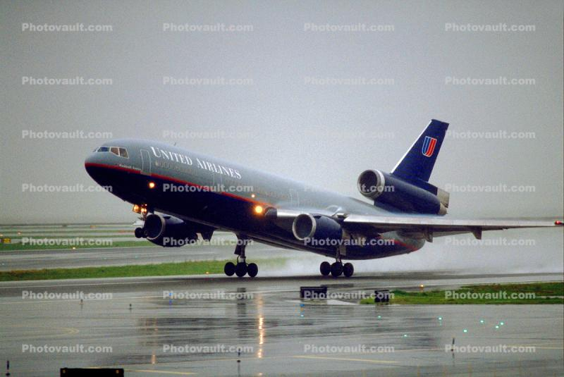United Airlines UAL, Douglas DC-10, San Francisco International Airport (SFO), rain, inclement weather, wet