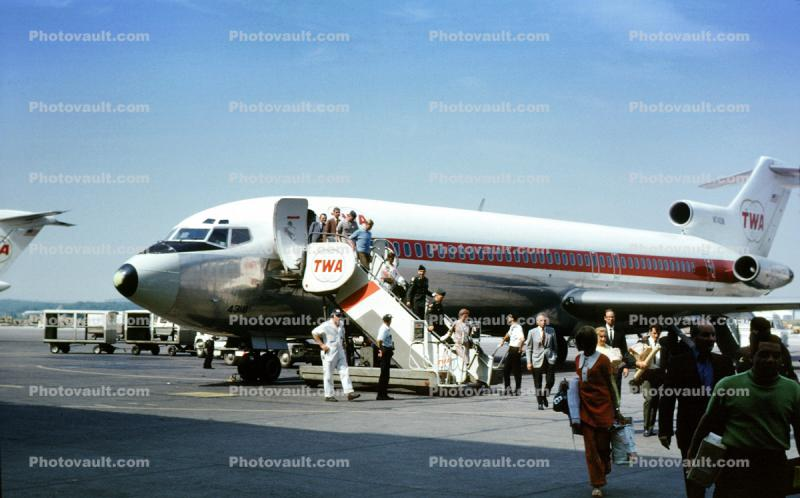 N74318, Trans World Airlines TWA, Boeing 727-231, Mobile Stairs, Rampstairs, ramp, August 1969, 1960s, JT8D, JT8D-9A s3, 727-200 series