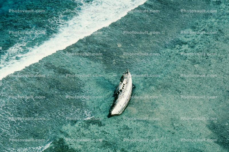 Shipwreck on a Barrier Reef, yacht, salvage operation
