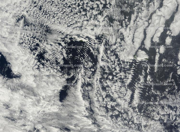 Ship-wave-shape wave clouds induced by the Azores